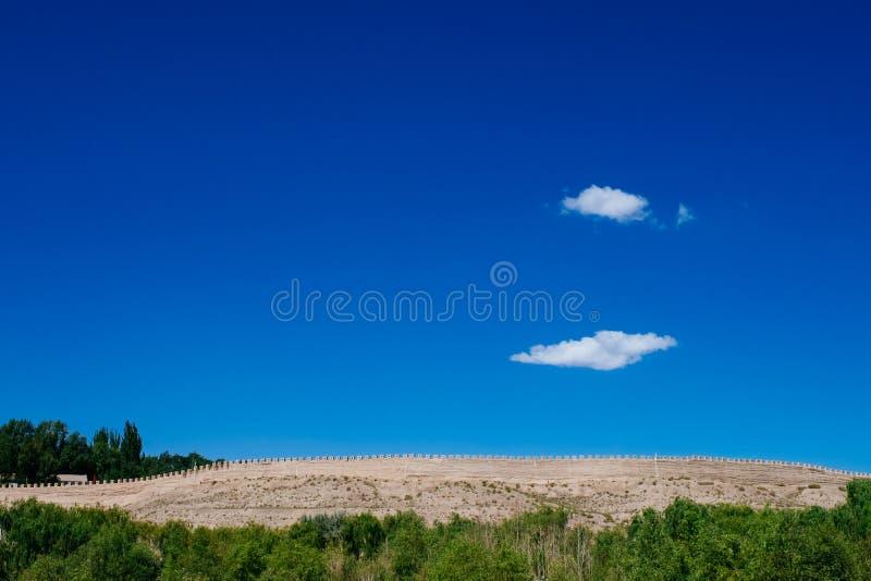 Pared de la fortaleza debajo del cielo azul en el paso de Jiayu, en Jiayuguan, China imagenes de archivo