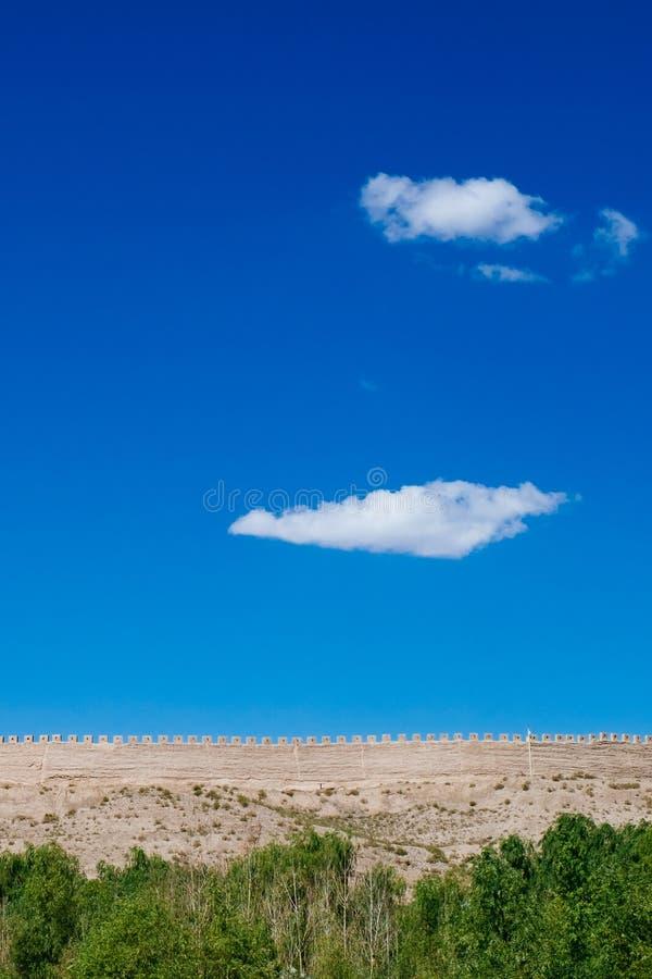 Pared de la fortaleza debajo del cielo azul en el paso de Jiayu, en Jiayuguan, China imagen de archivo