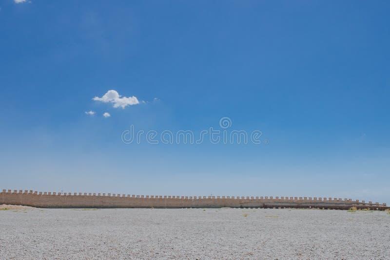 Pared de la fortaleza debajo del cielo azul en el paso de Jiayu, en Jiayuguan, China fotos de archivo