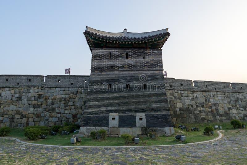 Pared de la fortaleza del hwaseong de Suwon imagenes de archivo