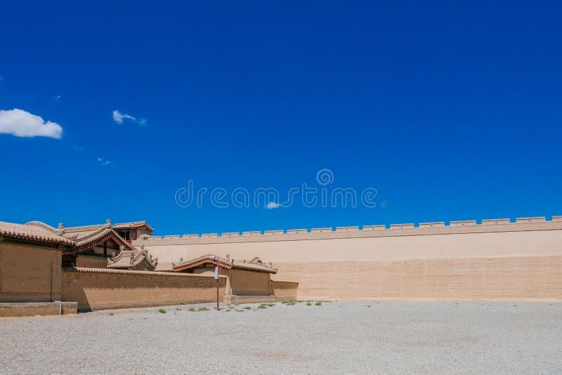 Pared de la fortaleza y arquitectura tradicional, debajo del cielo azul en Ji fotos de archivo