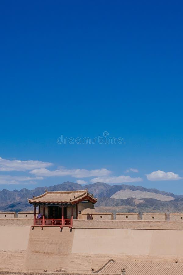 Pared de la fortaleza y pabellón tradicional, debajo del cielo azul en Jiayu fotografía de archivo libre de regalías
