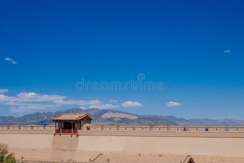 Pared de la fortaleza y pabellón tradicional, debajo del cielo azul en Jiayu imagenes de archivo