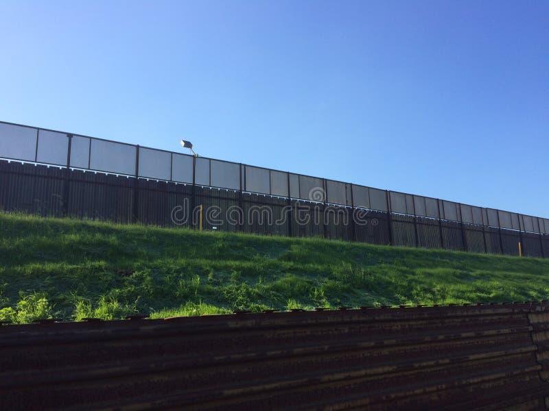 Pared de la frontera de los E.E.U.U. y de México foto de archivo libre de regalías
