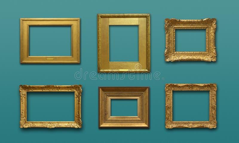 Pared de la galería con los marcos del oro foto de archivo libre de regalías