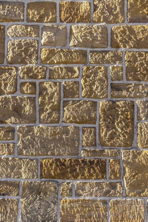 Pared de la piedra arenisca, bricked con diversa piedra rústica afilada clasificada y las juntas blancas foto de archivo libre de regalías