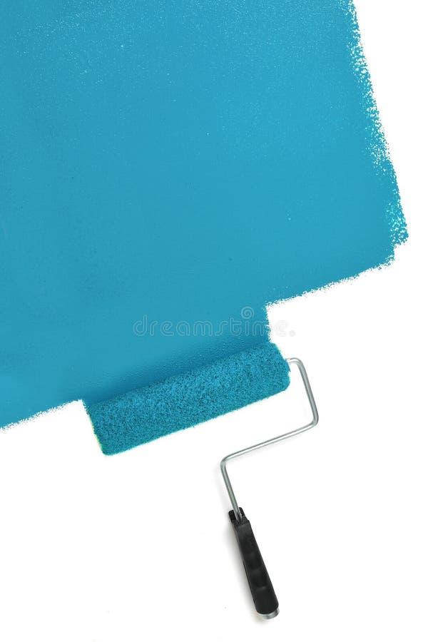 Pared de la pintura del rodillo de pintura con el azul foto de archivo