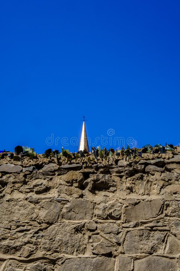 Pared de la subida y chapitel antis de la iglesia imagen de archivo