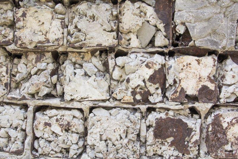 Pared de la textura del fondo de ladrillos y del cemento hechos en casa imagenes de archivo