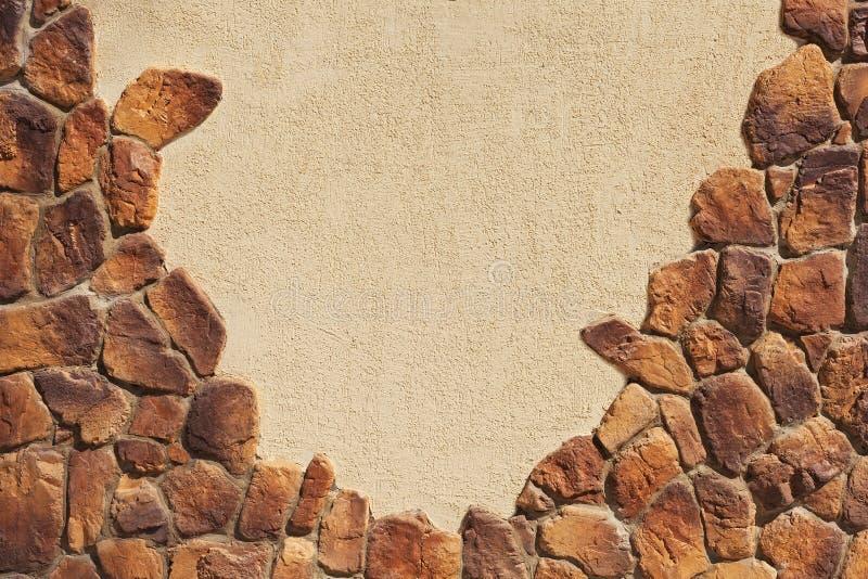 Pared de la textura tejada en parte con la piedra natural imagenes de archivo