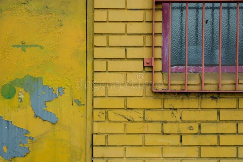 Pared de ladrillo amarilla fotografía de archivo