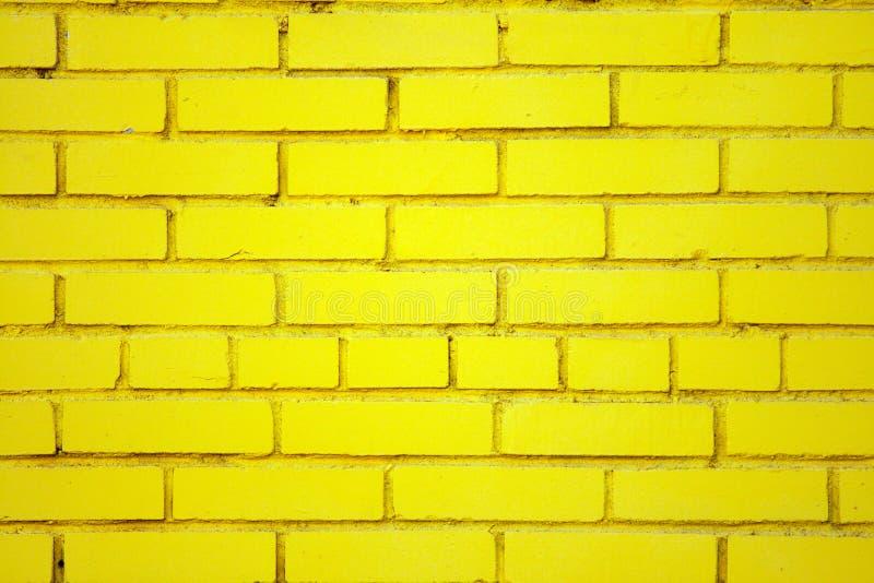 Pared de ladrillo amarilla vieja imágenes de archivo libres de regalías