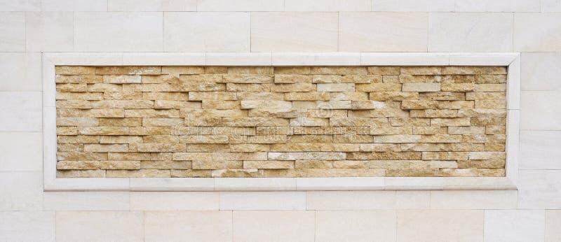 Pared de ladrillo antigua con el fondo de piedra delgado natural del marco imagen de archivo libre de regalías