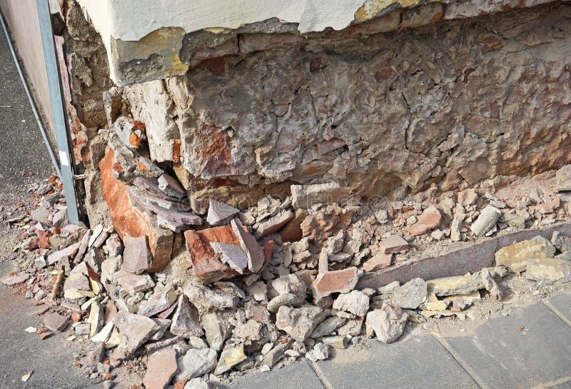 Pared de ladrillo arruinada de un edificio viejo foto de archivo