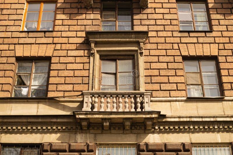 Pared de ladrillo con el fondo adornado de las ventanas imagenes de archivo