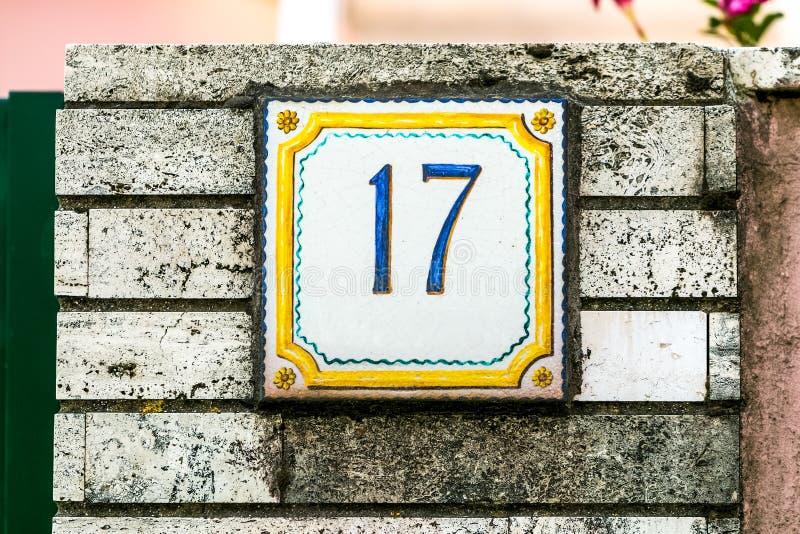 Pared de ladrillo con la placa número diecisiete foto de archivo libre de regalías