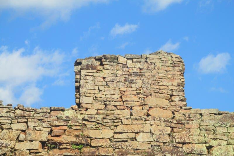 Pared de ladrillo de un castillo antiguo imagen de archivo libre de regalías