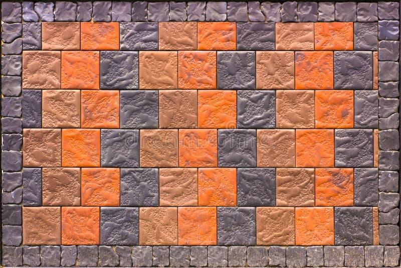 Pared de ladrillo decorativa de las tejas que hacen frente concretas como fondo o textura imagen de archivo libre de regalías