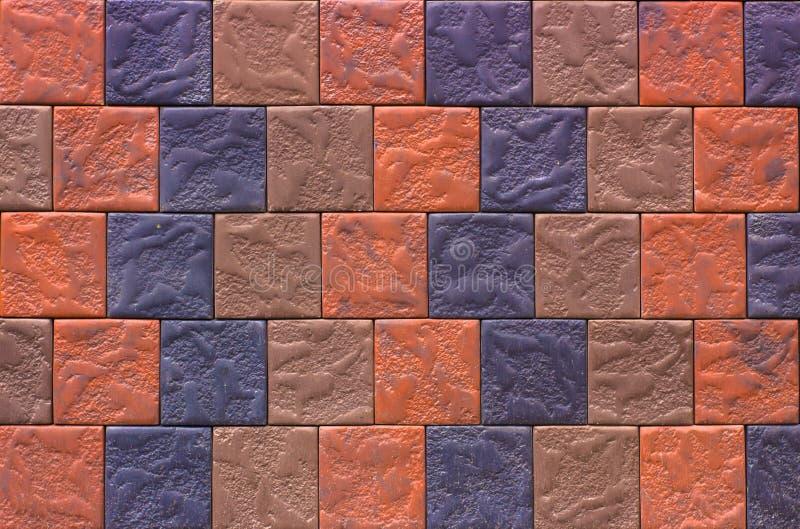 Pared de ladrillo decorativa de las tejas que hacen frente concretas como fondo o textura fotos de archivo