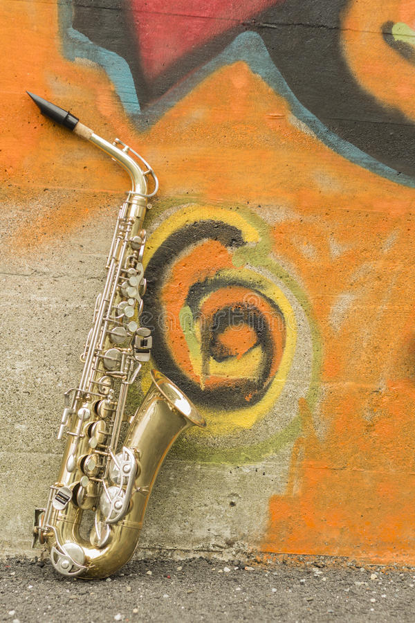 Pared de ladrillo del saxofón imágenes de archivo libres de regalías