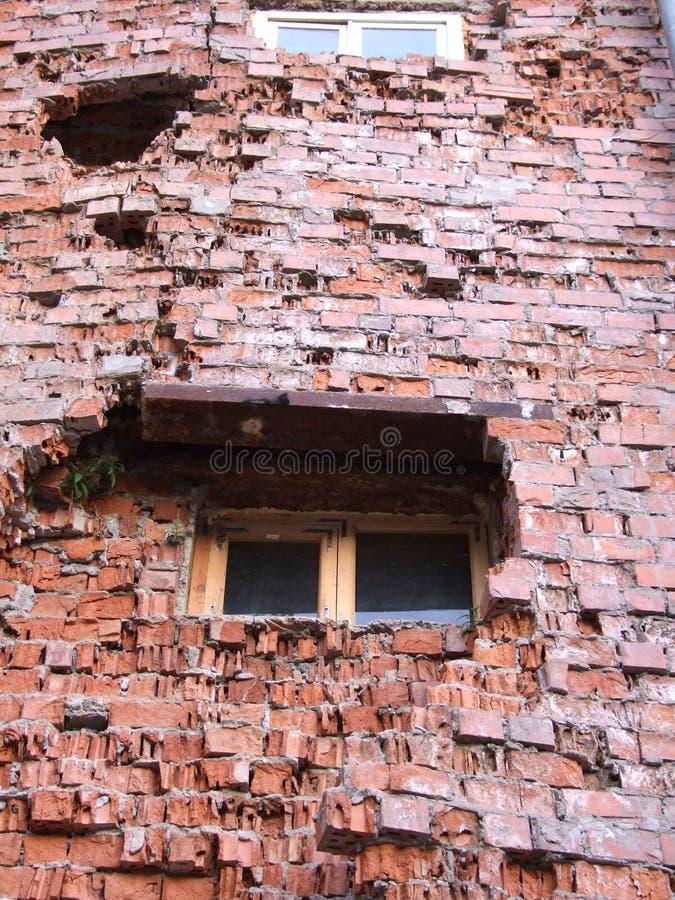 Pared de ladrillo destruida foto de archivo