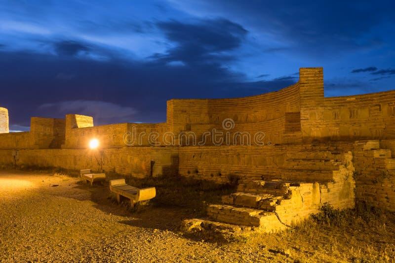 Pared de ladrillo interna de la fortaleza antigua Narikala en la iluminación de tarde debajo del cielo nublado azul, Tbilisi, Geo imagen de archivo