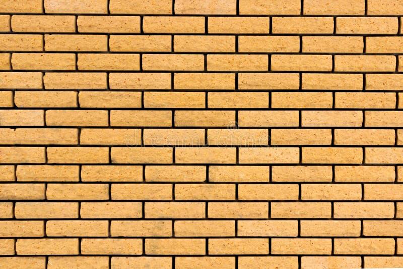Pared de ladrillo La pared de ladrillo pintada en amarillo imágenes de archivo libres de regalías
