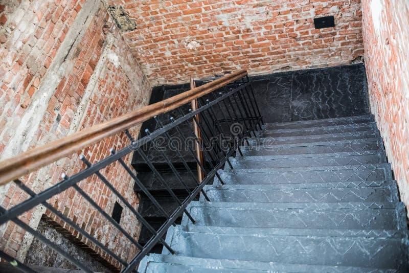 pared de ladrillo negra de la escalera del hierro, espacio creativo Oficina del desván Coworking fotos de archivo libres de regalías