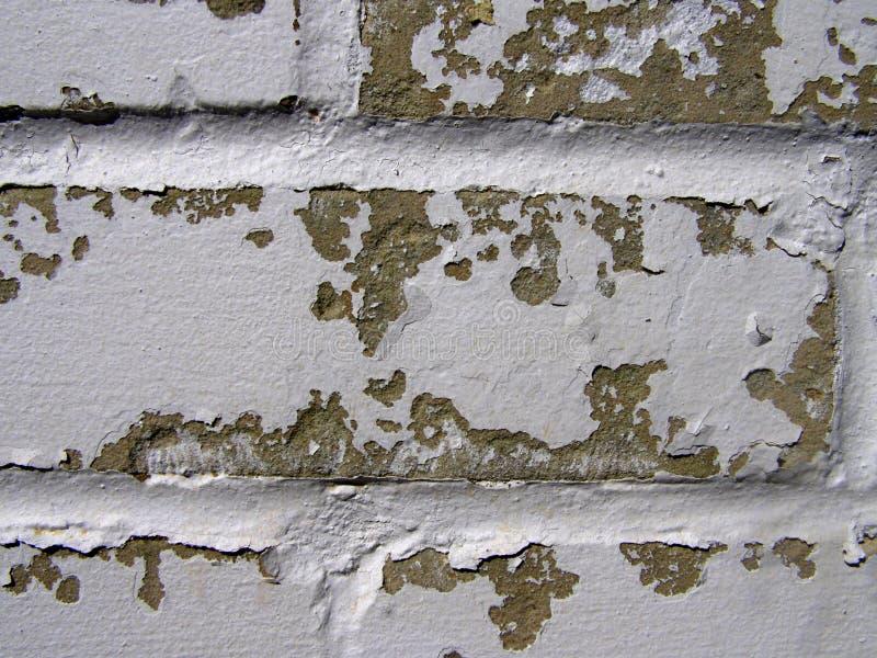 Pared de ladrillo resistida con la pintura de la peladura imágenes de archivo libres de regalías