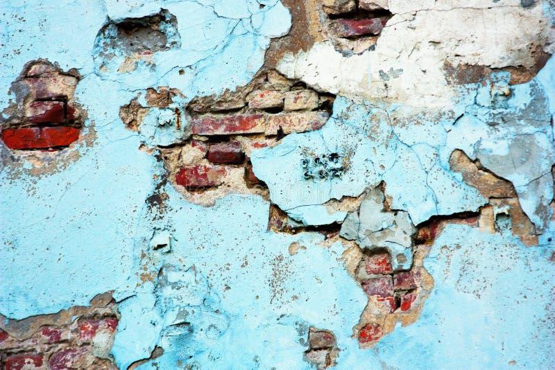 Pared de ladrillo roja azul vieja Fondo y textura abstractos de ladrillos agrietados y de la pared pintada azul imagenes de archivo