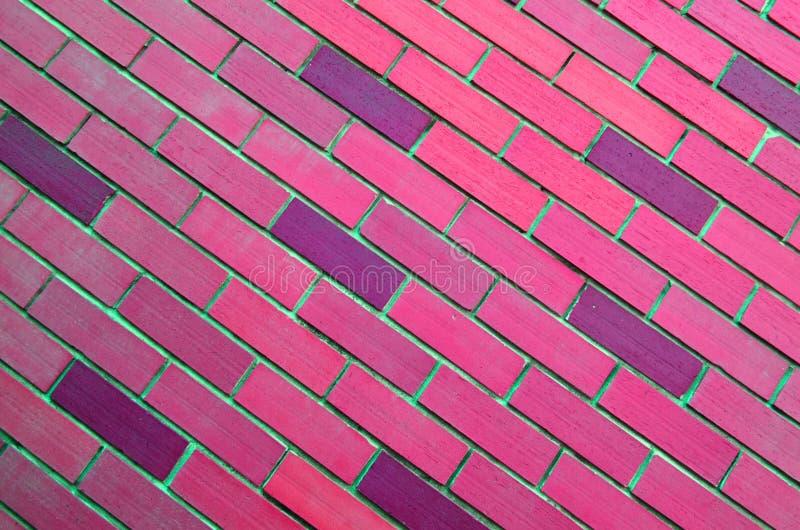 Pared de ladrillo rosada oblicua fotos de archivo libres de regalías