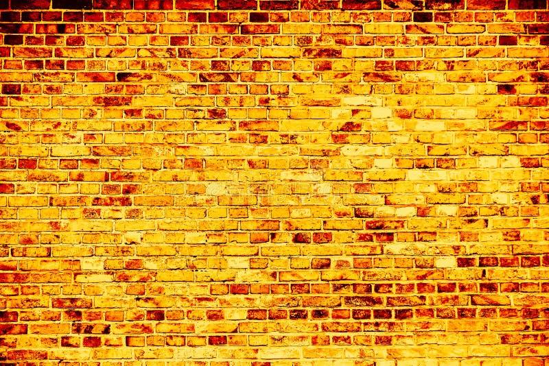 Pared de ladrillo sucia simple del oro amarillo como fondo inconsútil de la textura del modelo fotos de archivo