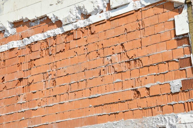 Pared de ladrillo de una construcción de viviendas bajo construcción imágenes de archivo libres de regalías