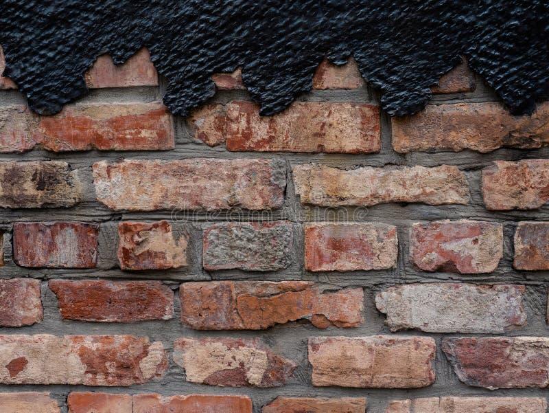 Pared de ladrillo vieja con la decoración del metal Fondo del Grunge Copie el espacio imagenes de archivo