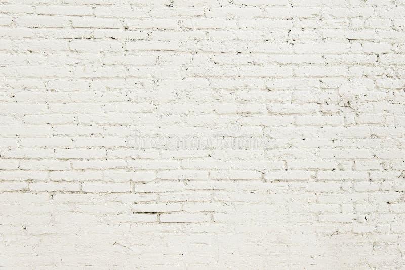 Pared de ladrillo vieja con la textura blanca del fondo de la pintura imagenes de archivo