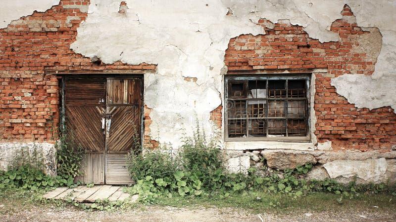 Download Pared De Ladrillo Vieja Con La Ventana A Puerta Cerrada Y Barrada Imagen de archivo - Imagen de roto, cerrado: 100526141