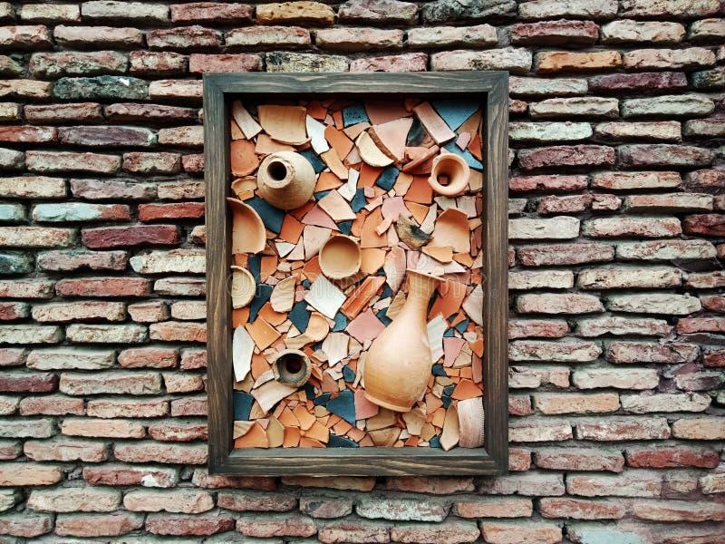 Pared de ladrillo vieja con las porciones de textura y de colores imagenes de archivo