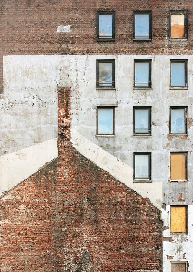 Pared de ladrillo vieja con las ventanas en un emplazamiento de la obra fotografía de archivo libre de regalías