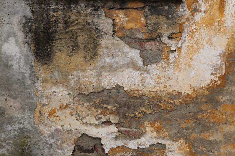 Pared de ladrillo vieja con yeso agrietado Fondo foto de archivo