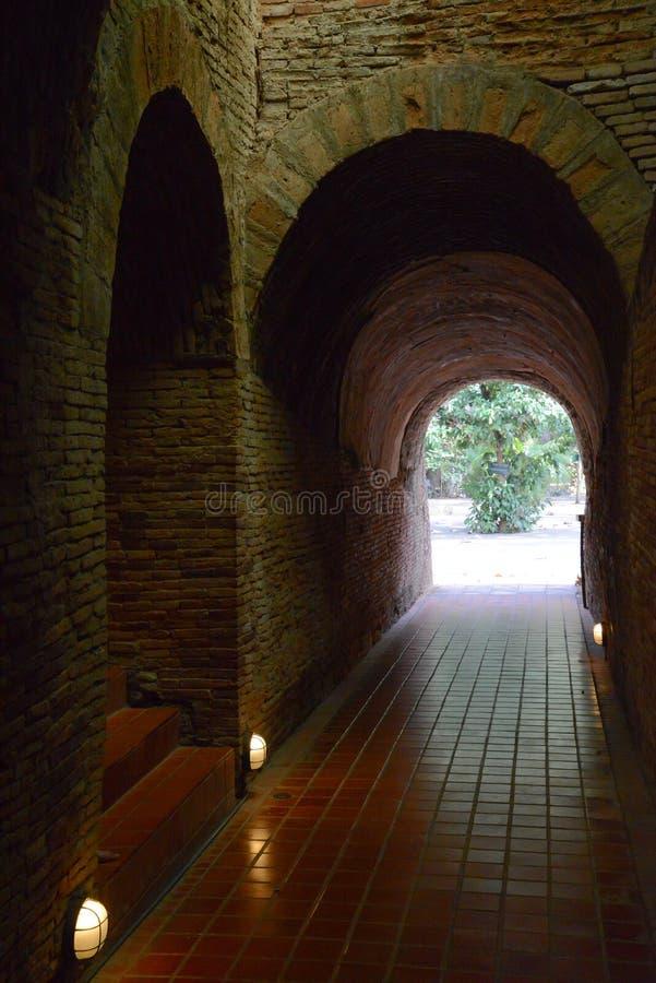 Pared de ladrillo vieja Wat Umong en Chiang Mai fotos de archivo