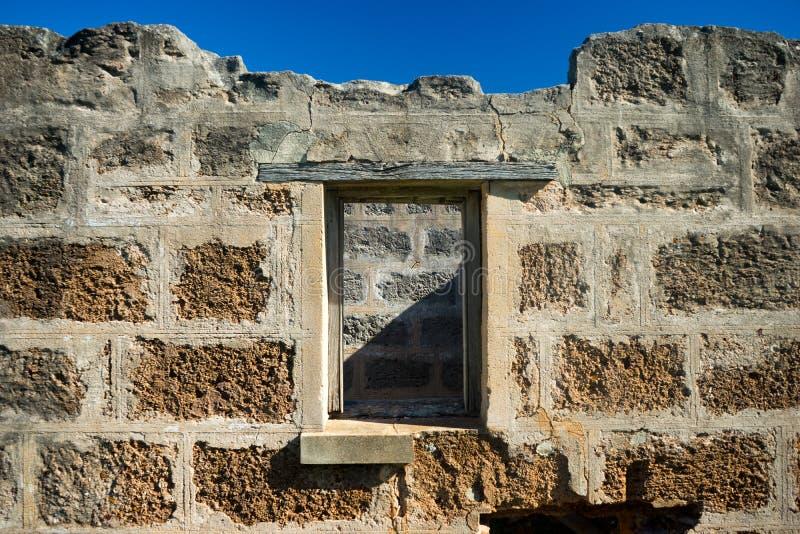 Pared de ladrillo y ventana viejas fotos de archivo
