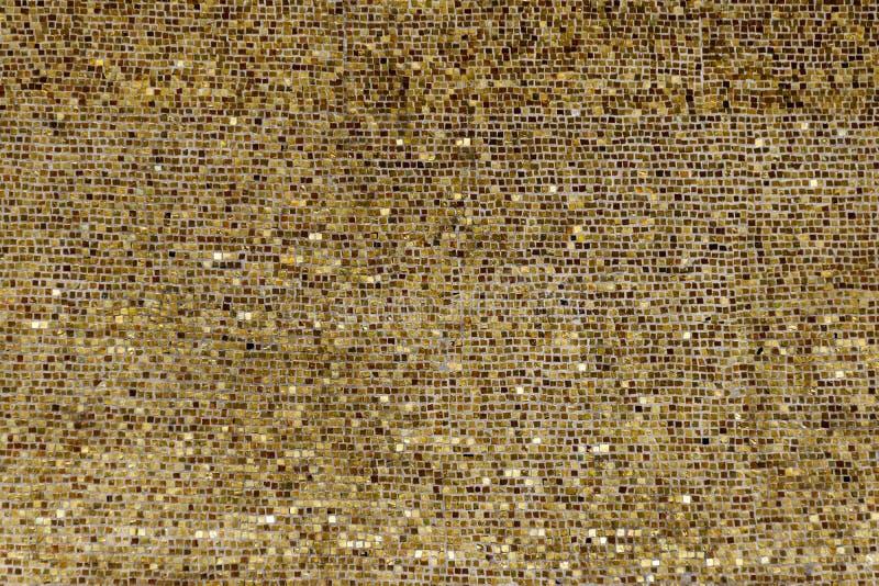 Pared de las pequeñas placas de oro imagen de archivo