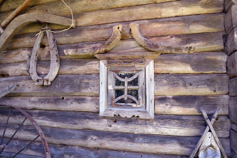 Pared de madera antigua del granero con las herramientas y la ventana imagenes de archivo