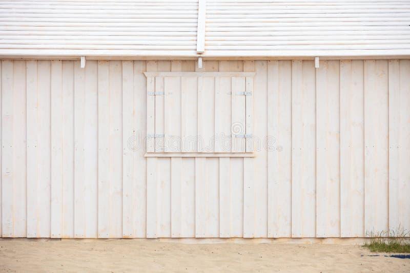 Pared de madera blanca del edificio en la playa fotos de archivo