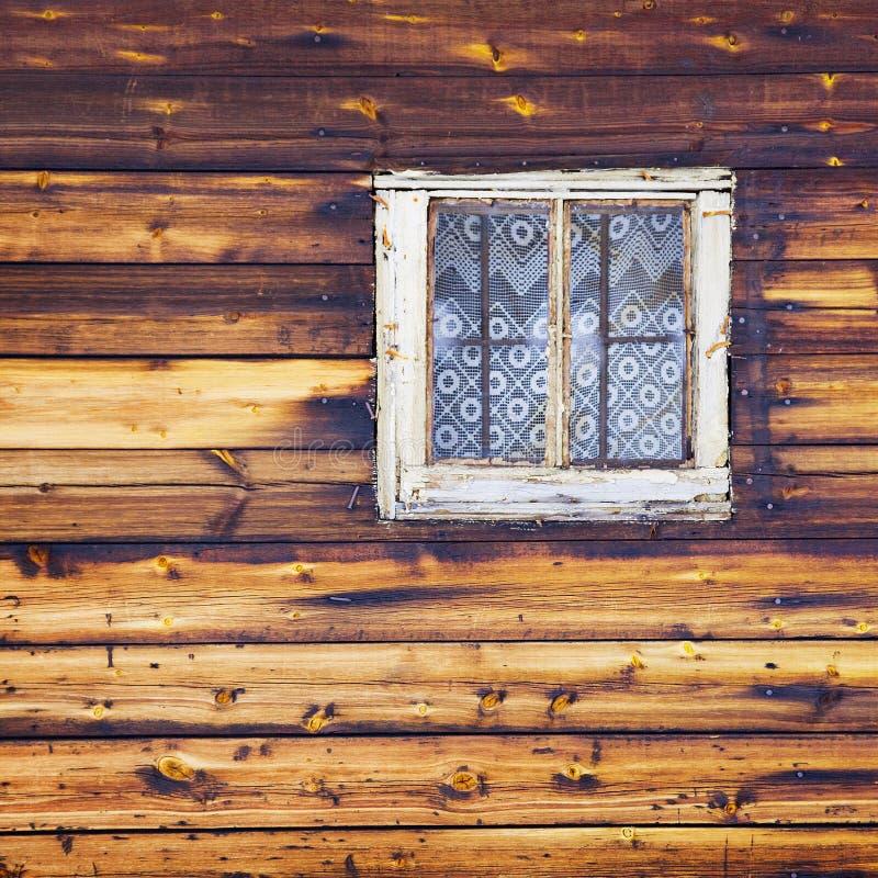 Pared de madera con la ventana cuadrada foto de archivo libre de regalías