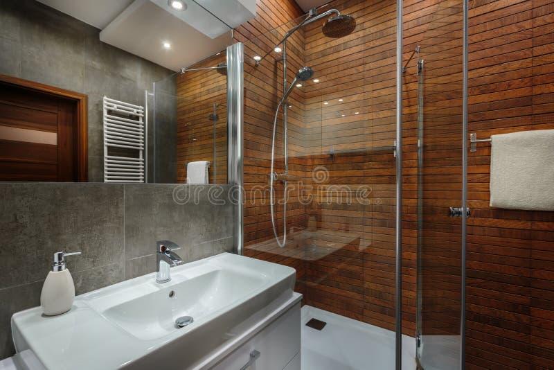 Pared de madera en cuarto de baño fotos de archivo libres de regalías