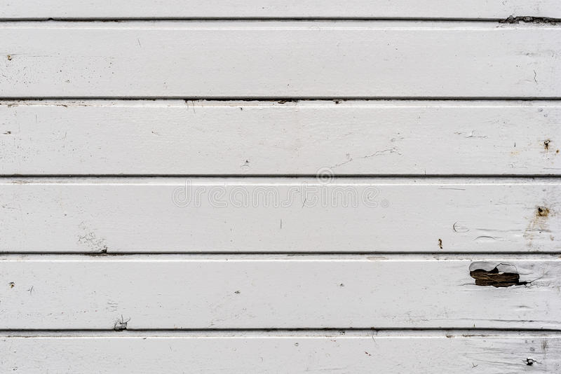 Pared de madera resistida sucia, vieja del tablón del exterior blanco foto de archivo