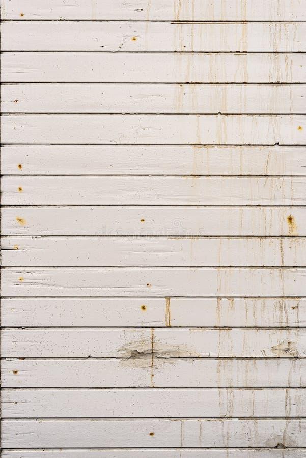 Pared de madera resistida sucia, vieja del tablón del exterior blanco fotografía de archivo libre de regalías
