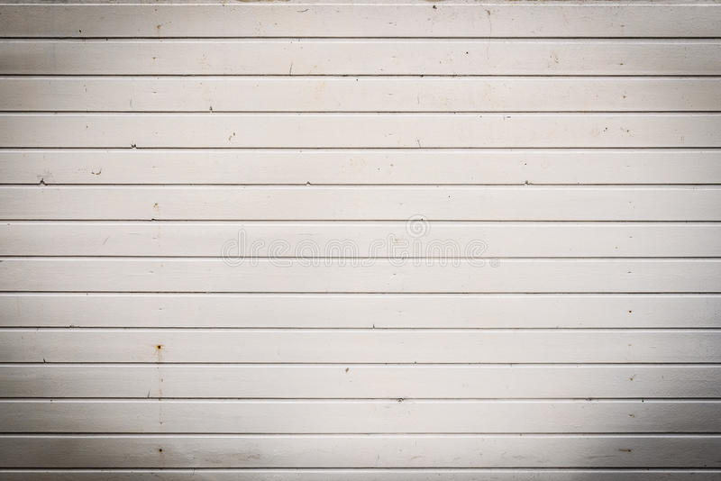 Pared de madera resistida sucia, vieja del tablón del exterior blanco imagen de archivo libre de regalías