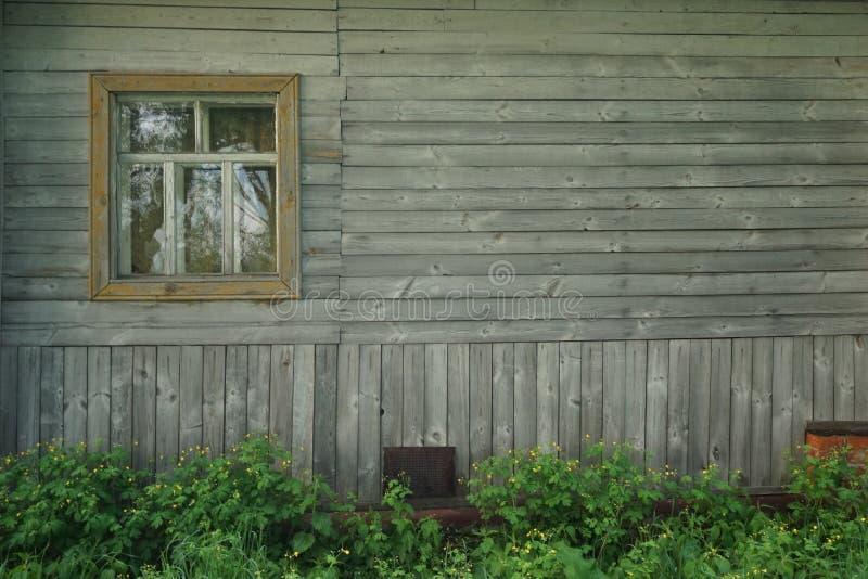 Pared de madera retra con la ventana y las flores fotos de archivo libres de regalías